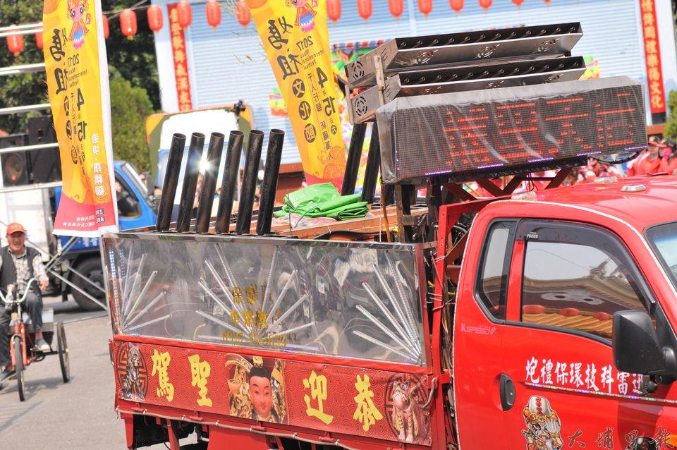 埔里媽祖文化節以環保禮炮機取代鞭炮,但效果一樣震撼。(柏原祥 攝)
