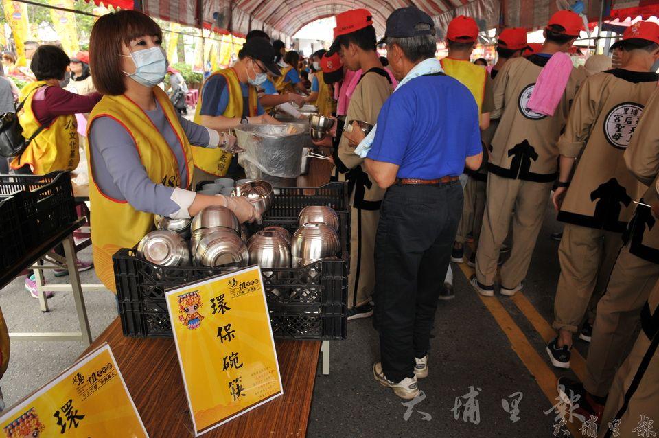 埔里媽祖文化節準備兩千組不鏽鋼碗筷,取代不環保的免洗餐具。(柏原祥 攝)