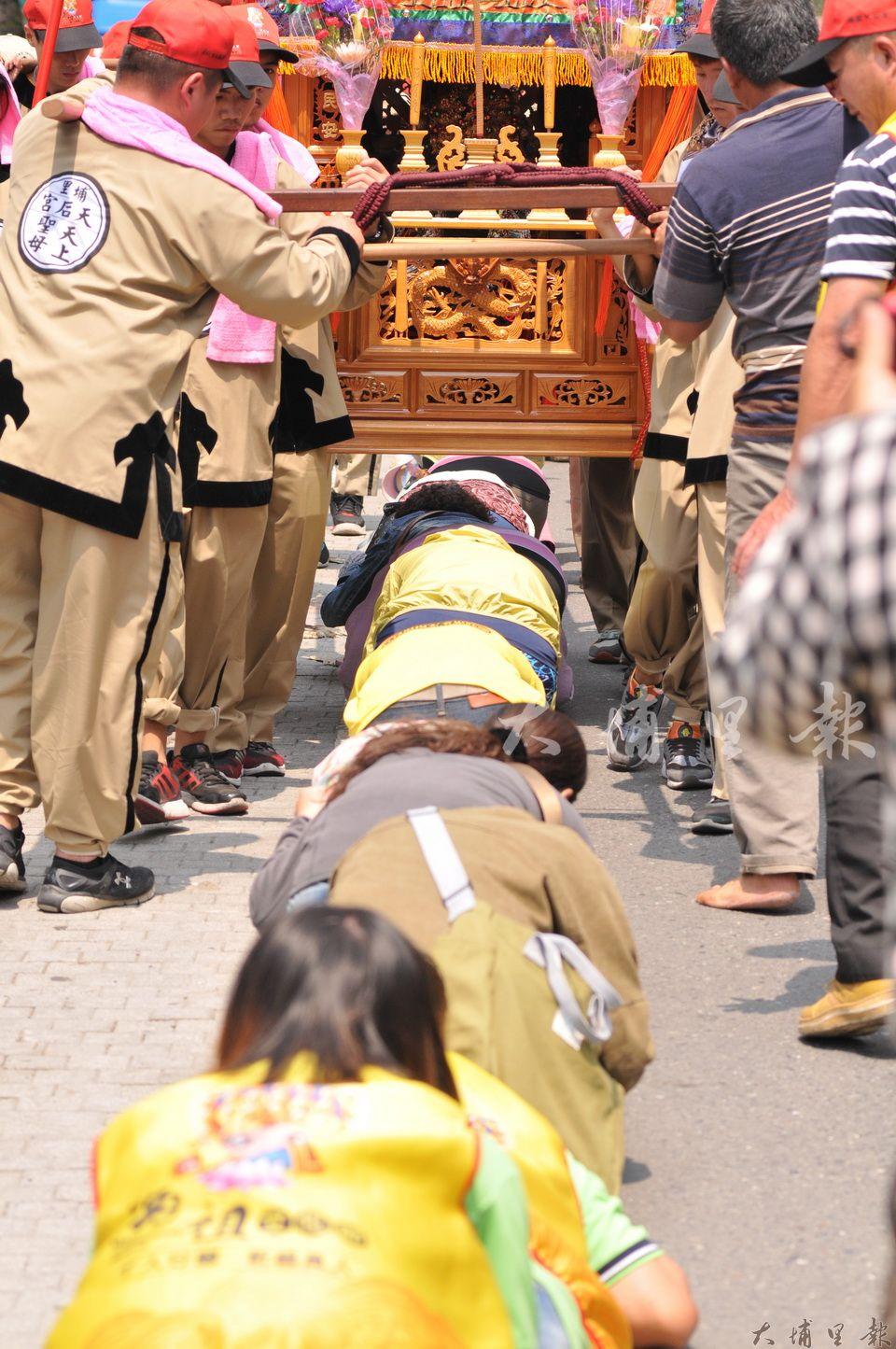 埔里媽祖文化節,大批信徒蹲跪「躦轎腳」。(柏原祥 攝)