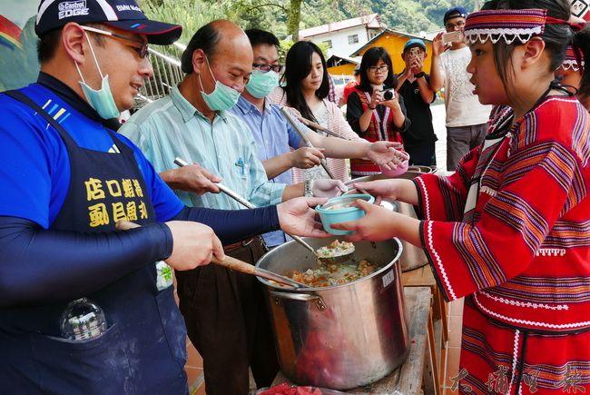 魚丸伯義煮團至合作國小義煮,他們為小朋友盛裝虱目魚粥。