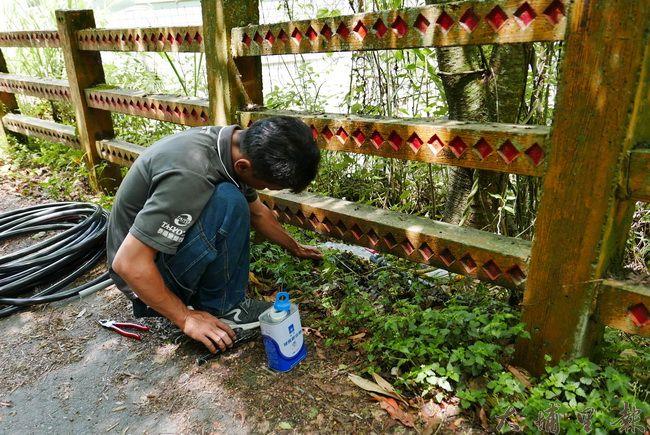 義煮團王正宏先生協助合作國小拉水管。