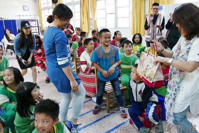 魚丸伯女兒吳昭雯小姐介紹虱目魚知識並以有獎徵答與小朋友互動。