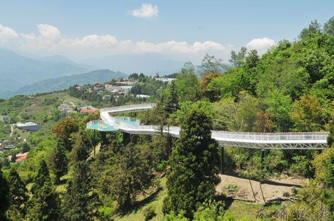 清境高空景觀步道落成,預計在106年5月啟用,讓遊客飽覽山色。(柏原祥 攝)