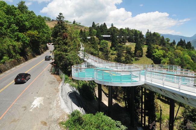 清境高空景觀步道落成,預計在106年5月啟用,遊客此步行其中,可避開台14甲線公路車潮。(柏原祥 攝)