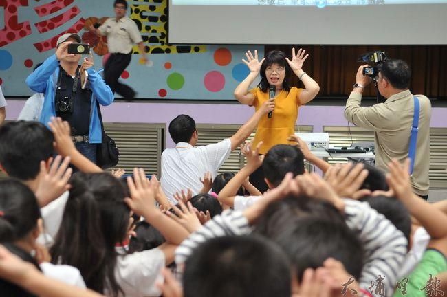 《霾哥來了》在埔里國小播映,教育處長李孟珍(中)並帶領著小朋友跳「霾哥不要來」的舞蹈。(柏原祥 攝)
