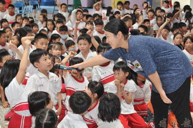 暨大人社中心在埔里國小播映《霾哥來了》,並舉辦有獎徵答。(柏原祥 攝)