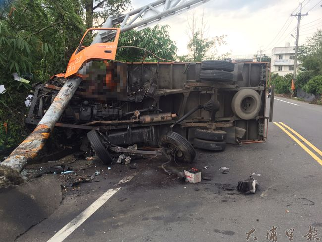 埔里鎮中正路發生貨車擦撞自行車二死車禍,失控貨車撞擊道路標示桿,基座斷裂,車頭也全毀。(圖/民眾提供)