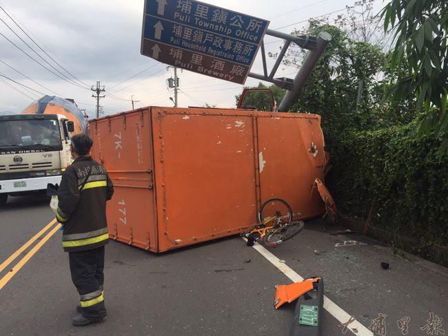 埔里鎮中正路發生貨車撞自行車二死車禍,撞擊力道猛烈,道路標示桿斷裂。(圖/民眾提供)
