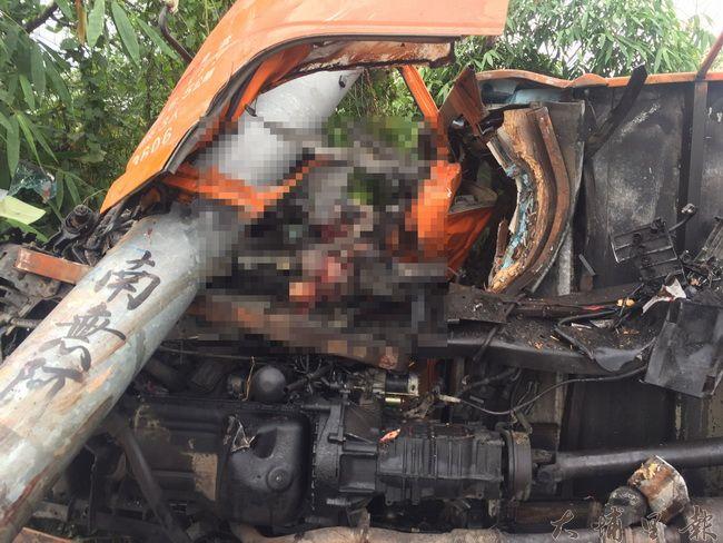 埔里鎮中正路發生貨車撞自行車二死車禍,26歲林姓貨車駕駛夾在座位上血肉模糊,當場死亡。(圖/民眾提供)
