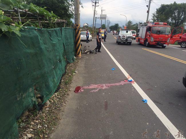 埔里鎮中正路發生貨車撞自行車二死車禍,72歲童姓自行車騎士頭顱破裂,在事故現場留下大量血跡,送醫急救後不治。(圖/民眾提供)