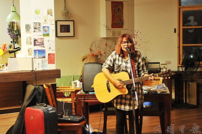 曾立馨進駐埔里,要協助社區創作自己的歌,圖為她在「小日子」餐廳表演片段。(柏原祥 攝)