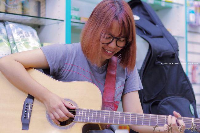 曾立馨進駐埔里,要為社區創作自己的歌,圖為他在新仁壽藥局表演的片段。(柏原祥 攝)