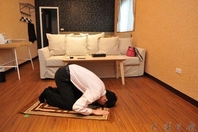 中彰投第一家獲得穆斯林認證的民宿在埔里鎮桃米社區開幕,每個房間準備禱告毯,讓信徒朝麥加方向朝拜。(柏原祥 攝)