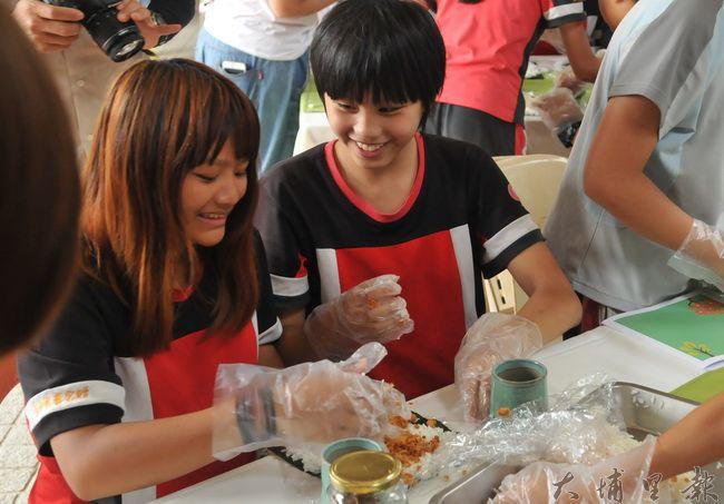 埔里鎮忠孝國小舉辦「米其林餐桌」食農教育活動,學童試做壽司,瞭解台灣稻米產業與加工品。(柏原祥 攝)