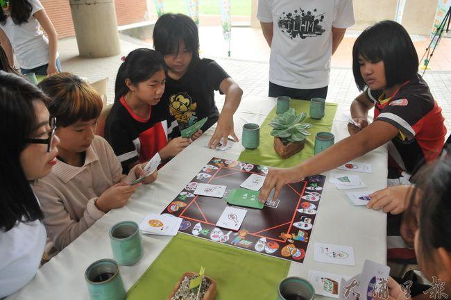 埔里鎮忠孝國小舉辦「米其林餐桌」食農教育活動,學童玩桌遊,瞭解台灣稻米產業特色。(柏原祥 攝)