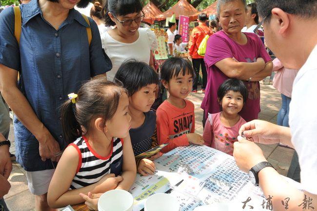 生態城鎮園遊會以遊戲的方式讓小朋友吸收環境知識。(柏原祥 攝)