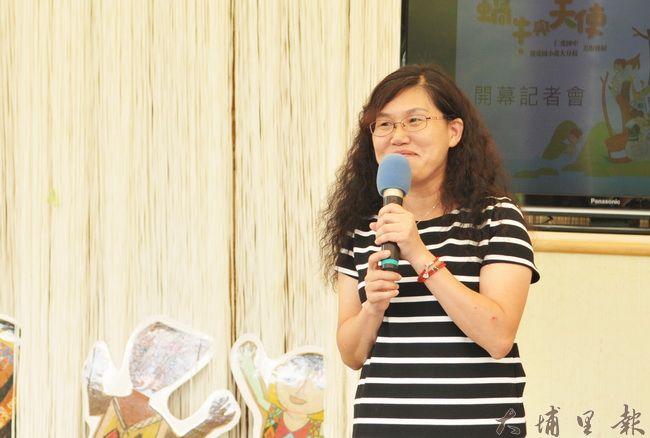 《蝸牛與天使》畫展開幕,仁愛國中美術社團創辦老師是輔導室主任陳美珍。(柏原祥 攝)