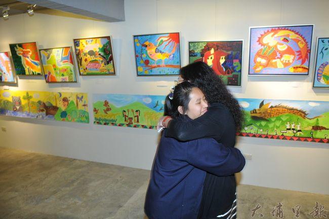 《蝸牛與天使》畫展開幕,仁愛國中美術社團創辦老師陳美珍與同學情同母女。(柏原祥 攝)