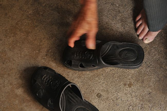 陳有成老先生的三兒失蹤多日,失蹤當日,穿著圖中類似的拖鞋,他盼望各界協助幫他找兒子。(柏原祥 攝)