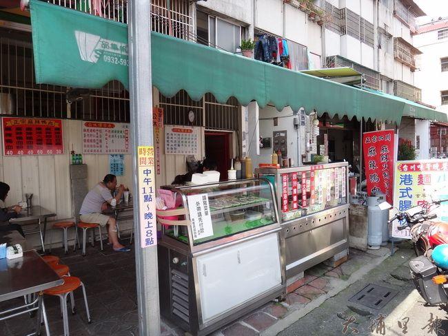 埔里鎮台川味麻辣美食雖然是埔里鎮公所後方的小攤,但人潮經常絡繹不絕。(柏原祥 攝)