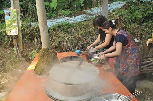 河童慢市集的一角是個紅磚大灶,遊客與社區居民就在這裡炊草仔粿或燙青菜。(柏原祥 攝)