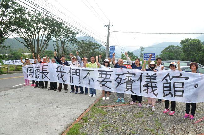 蜈蚣里民在鯉魚潭運動嘉年華沿線拉開白布條,表達反對在鯉魚潭風景區內興建殯儀館的心聲。(柏原祥 攝)