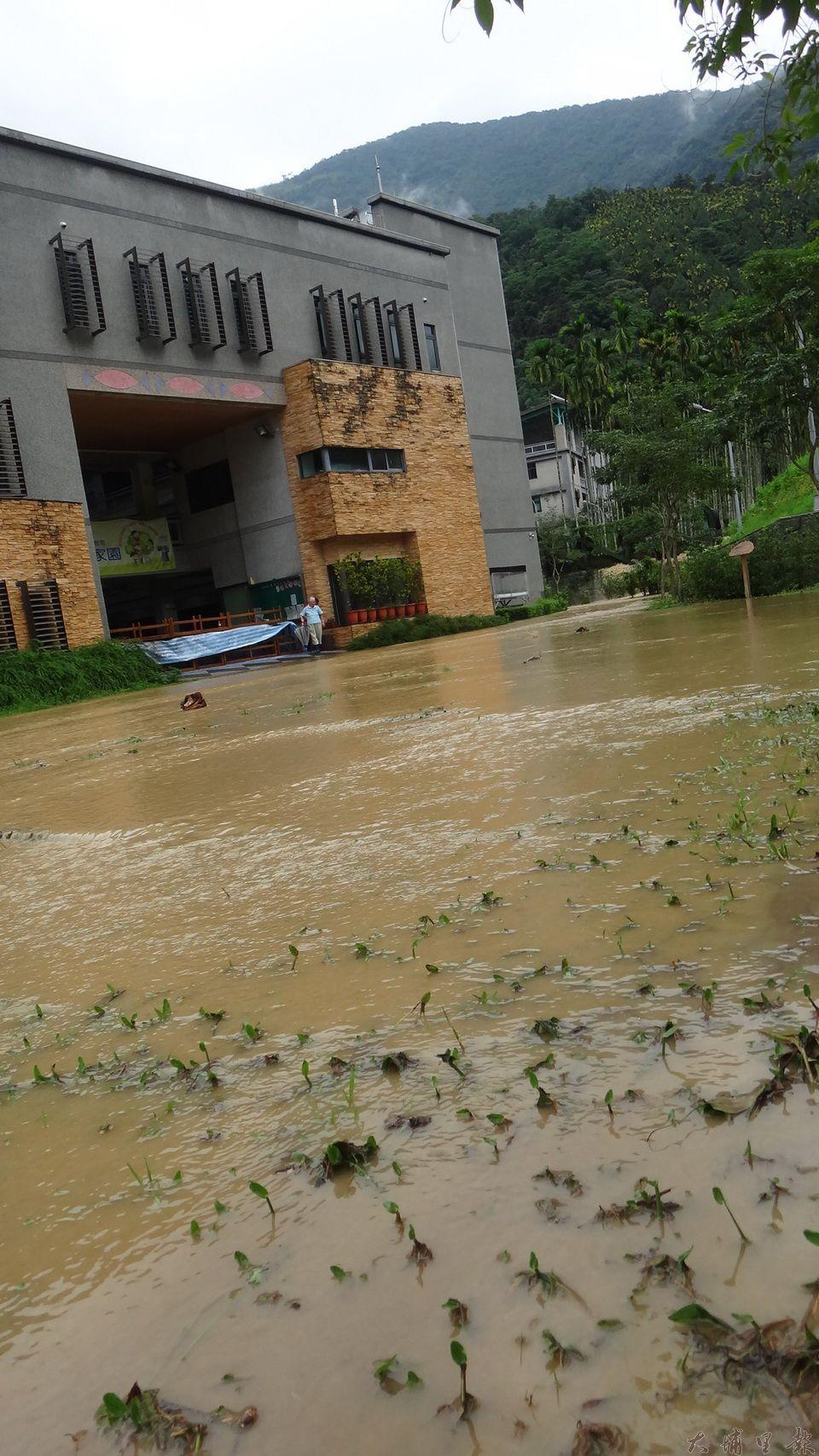 暴雨襲台,收容保護管束及家暴兒少的陳綢兒少家園也淹水,廣場幾被泥水給覆蓋。(柏原祥 攝)