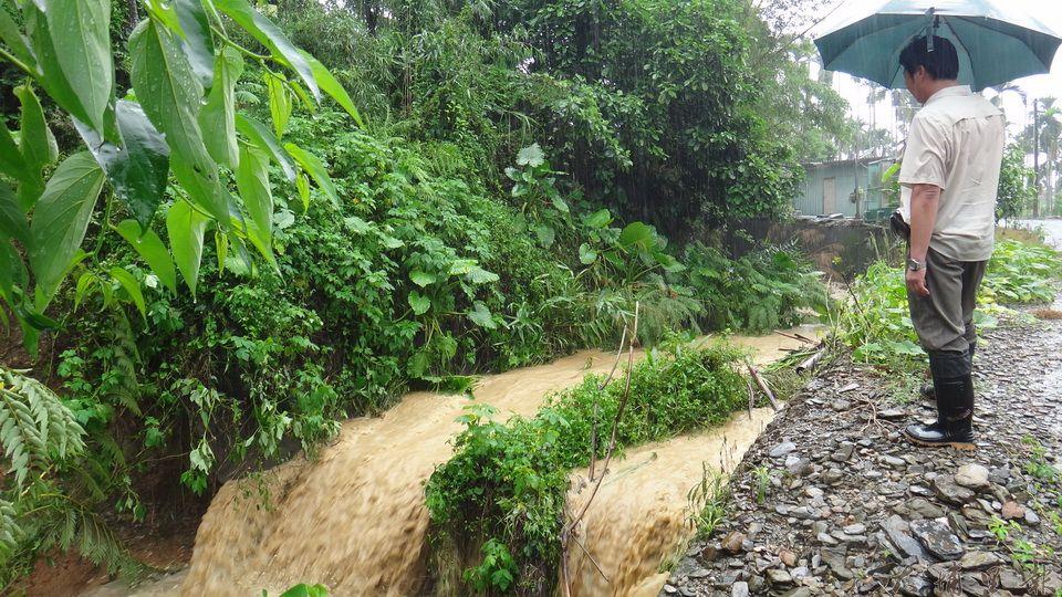 暴雨襲台,收容保護管束及家暴兒少的陳綢兒少家園也淹水,禍首是上端做一半的大排,滾滾泥流直接衝進家園。(柏原祥 攝)