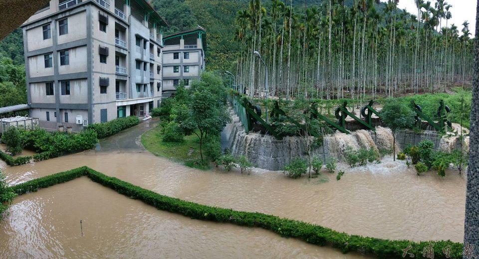 暴雨襲台,收容保護管束及家暴兒少的陳綢兒少家園也淹水,鳥瞰角度整個廣場都浸在泥水裡。(柏原祥 攝)