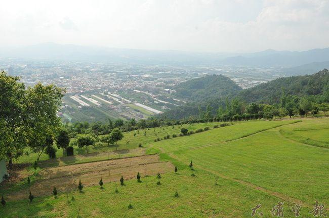 從虎頭山觀景懸臂式平台向下望,可欣賞埔里鎮的風景。(柏原祥 攝)