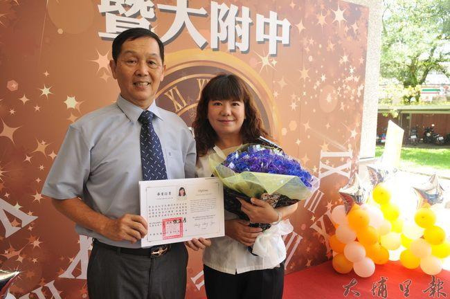 埔里鎮拼布工作室老闆蘇虹寧(右)少年時失學,等了30多年,48歲從暨大附中進修夜校畢業。(柏原祥 攝)