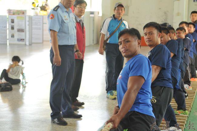 空軍防空砲兵指揮部拔河隊,遠從台南至宏仁國中拔河隊進行移隊訓練與交流。(柏原祥 攝)