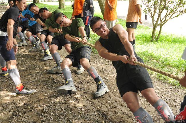 空軍防空砲兵指揮部拔河隊及成功嶺104旅,至宏仁國中拔河隊進行移隊訓練並切磋戰技。(柏原祥 攝)