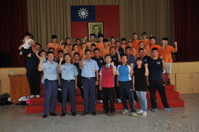 空軍防空砲兵指揮部拔河隊及成功嶺104旅,至宏仁國中拔河隊進行移隊訓練並與校內選手切磋戰技。(柏原祥 攝)