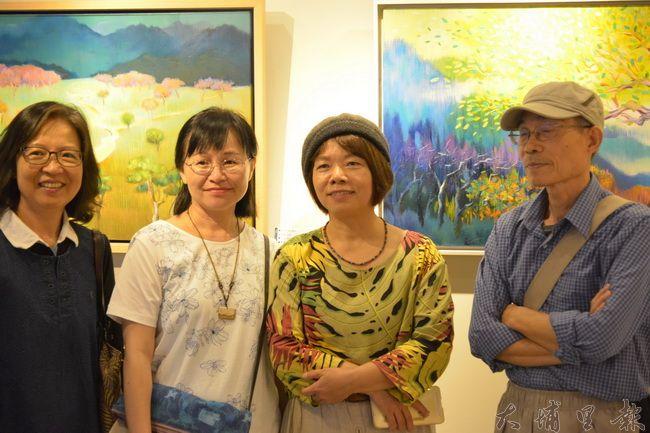 石珠鈴(右二)以四年來深入自然的歷程,作為個展主題,在紙教堂舉辦「安住自然」畫展。(圖/紙教堂提供)