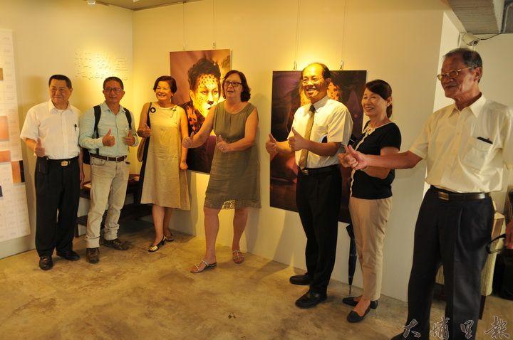 芭芭拉在紙教堂展出《新視野‧新觀點》,台灣民間好友齊聚致賀。(柏原祥 攝)