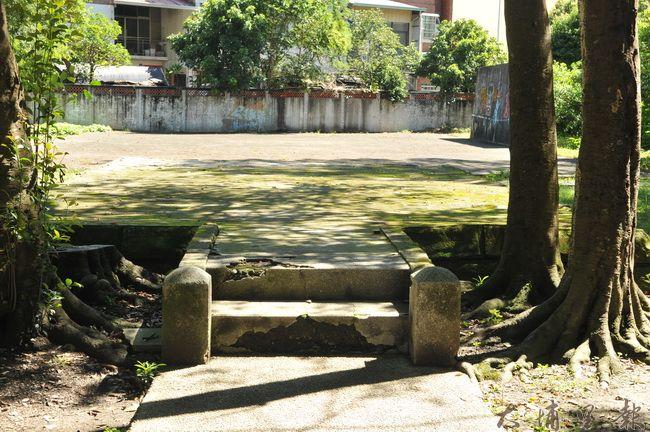 日治時期的遙拜所,公誠路台糖土地上的鐵軌涼亭已拆除,如今只剩基座。(柏原祥 攝)