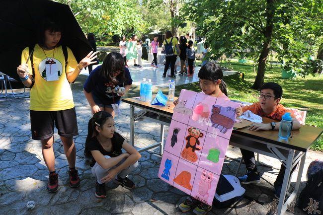 陳綢夏令營裡,學童發揮創意,製作道具來傳達生態保育觀念。(謝敏燕 攝)