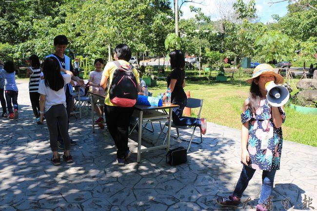 陳綢夏令營裡,學童拿起大聲公,努力招攬客人,一起來關心環境議題。(謝敏燕 攝)