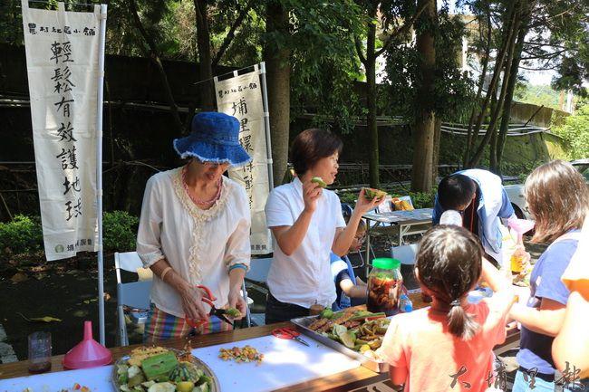 陳綢夏令營裡,埔里環保酵素團在園遊會學童分享酵素妙用及作法。(謝敏燕 攝)