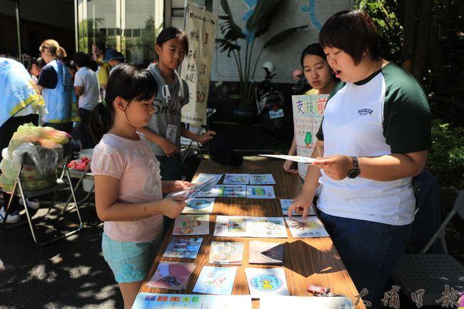 陳綢夏令營裡,埔里pm2.5空污減量自救會透過遊戲與學童傳達空污知識。(謝敏燕 攝)