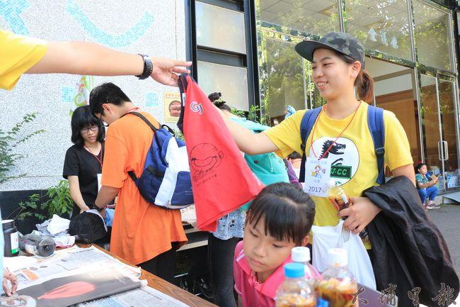 陳綢夏令營裡,舊衣變身環保袋,傳達愛物惜物概念。(謝敏燕 攝)