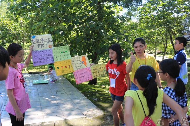 陳綢夏令營裡,闖關時發現空污議題在埔里在地民間團體級學校推動下,學童大部分都有基本觀念。(謝敏燕 攝)