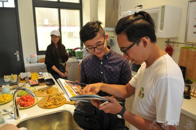 埔里鎮波波米繪本民宿試營運,設計師兼民宿主人謝顯林向來賓說明自己的繪本作品。(柏原祥 攝)