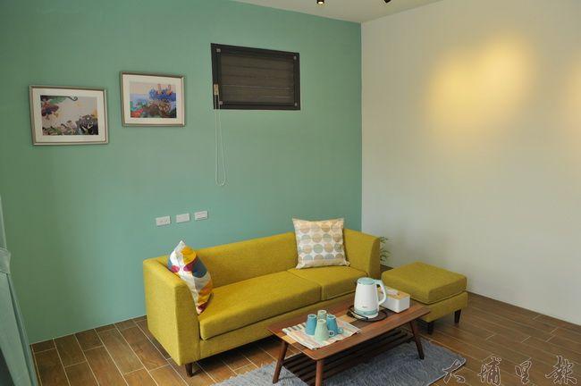 埔里鎮波波米繪本民宿試營運,圖為客房客廳的場景,壁面懸掛民宿主人的繪畫作品。(柏原祥 攝)