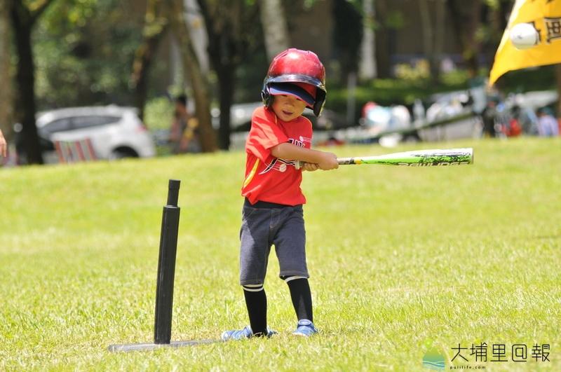 埔里小獅王幼棒隊在暨大進行交流賽,幼棒的精神在於體驗,小選手可選用固定座打擊。(柏原祥 攝)