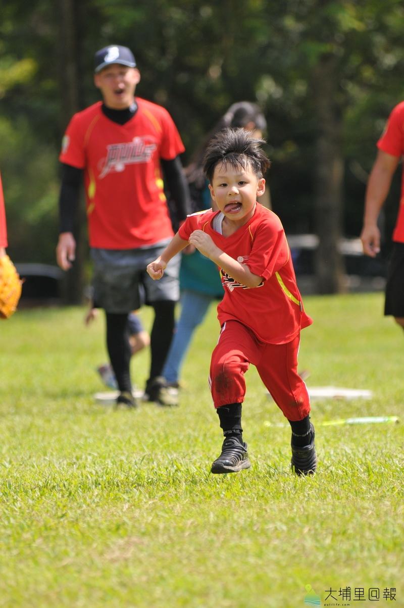 埔里小獅王幼棒隊在暨大進行交流賽,幼棒的精神在於體驗,但小選手上場跑壘態度仍無比認真。(柏原祥 攝)