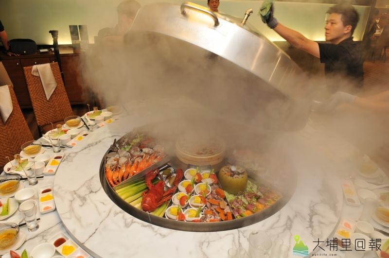 埔里四季料理餐廳因應陸客銳減,推出四季蒸籠吃法,鍋蓋一打開蒸氣與香氣瀰漫整間包廂。(柏原祥 攝)