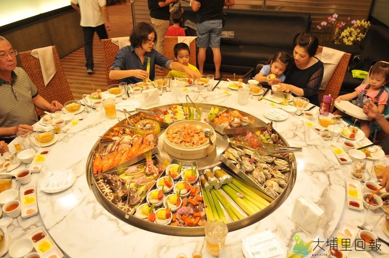 埔里四季料理餐廳因應陸客銳減,推出四季蒸籠吃法,餐桌視覺相當澎湃。(柏原祥 攝)