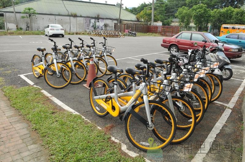 oBike進駐埔里鎮,在鯉魚潭風景區約有40輛黃白相間的自行車。(柏原祥 攝)